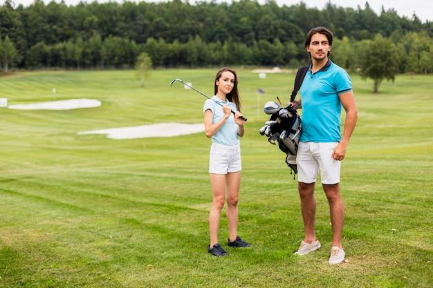 Полный выстрел игроков в гольф на поле Бесплатные Фотографии