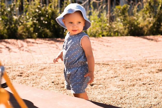 Полный снимок красивого ребенка, играющего на улице