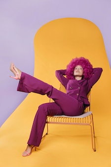 Полный снимок красивой женщины с фиолетовым костюмом