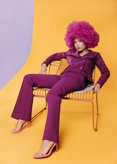 紫のスーツと美しい女性のフルショット