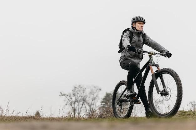 자전거를 타는 사람의 전체 샷