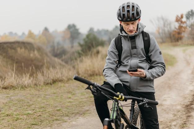 Полный снимок человека, едущего на велосипеде