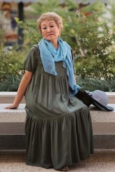 앉아 전체 샷된 오래 된 세련 된 여자