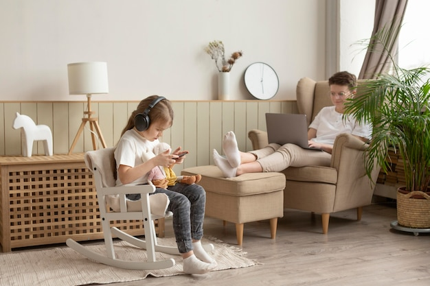 Полный снимок родителей и детей с устройствами