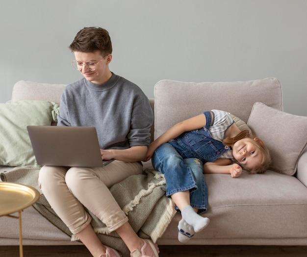 Genitore e bambino del colpo pieno sul divano