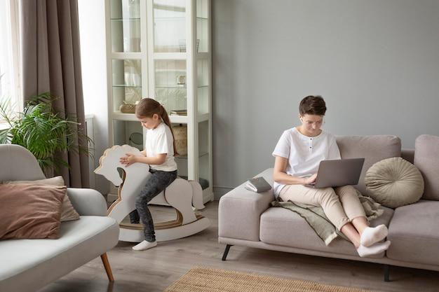 집에서 일하는 전체 샷 부모