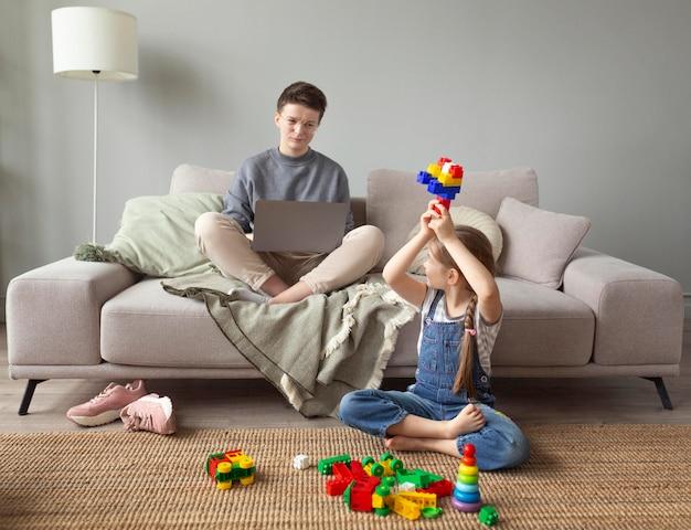 Полный снимок родителей, работающих на ноутбуке