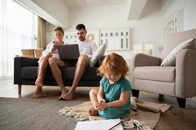 Полные родители и ребенок дома