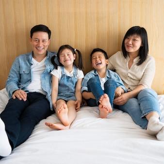 Полный снимок родителей и детей в постели