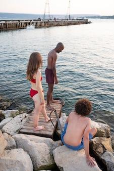 海辺のフルショットの人々