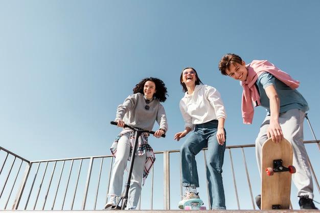 スケートパークのフルショットの人々