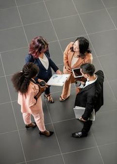 Полный кадр люди обсуждают работу