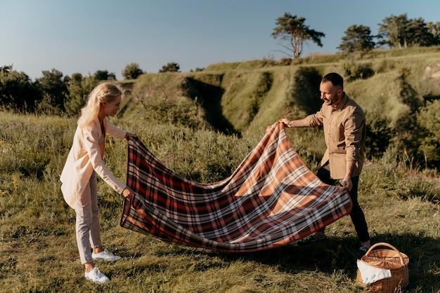 毛布を持っているフルショットの人々
