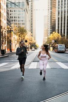 Persone a tutto campo che fanno jogging insieme