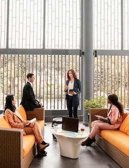 会議でソファの上のフルショットの人々