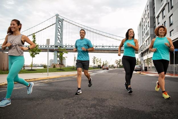 도시에서 달리는 전체 샷 사람들
