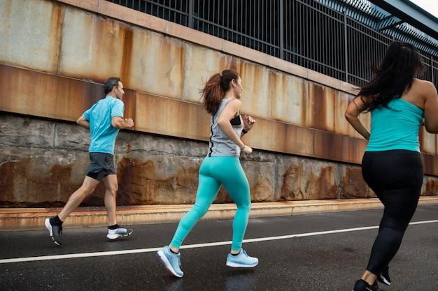 外を走っているフルショットの人々