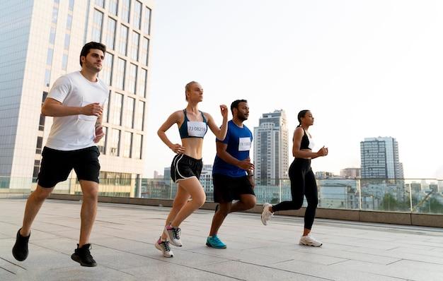 야외에서 함께 달리는 전체 샷 사람들
