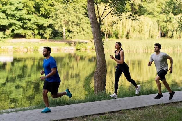 함께 달리는 풀샷 사람들