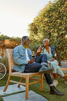 Полный снимок людей, сидящих в саду