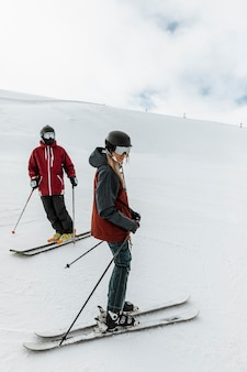 Люди катаются на лыжах целиком