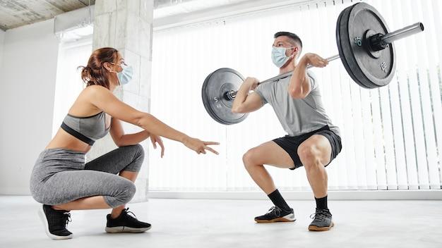 Тренировка людей в полном объеме с масками