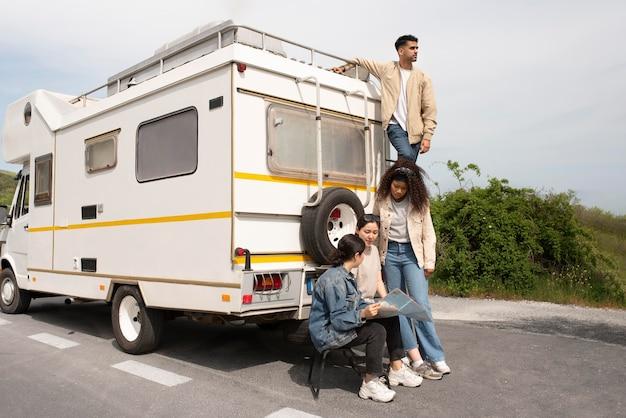 Полный кадр людей, путешествующих вместе