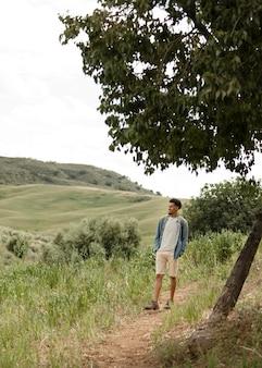 自然の中を歩くフルショットの人々 無料写真