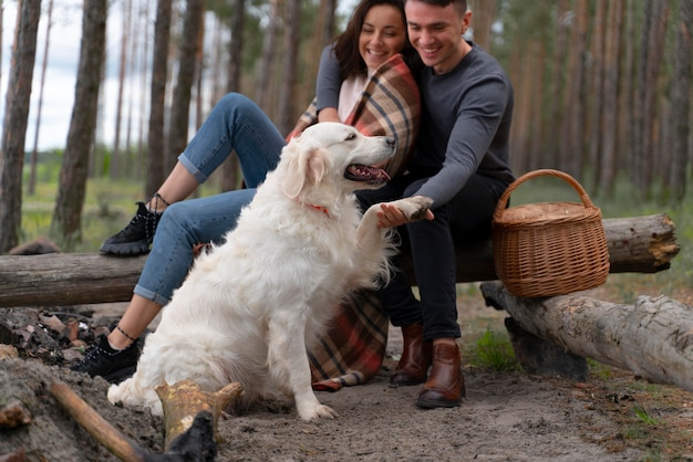 Persone a tutto campo con un cane carino