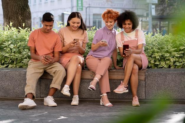 スマートフォンを持っているフルショットの人々