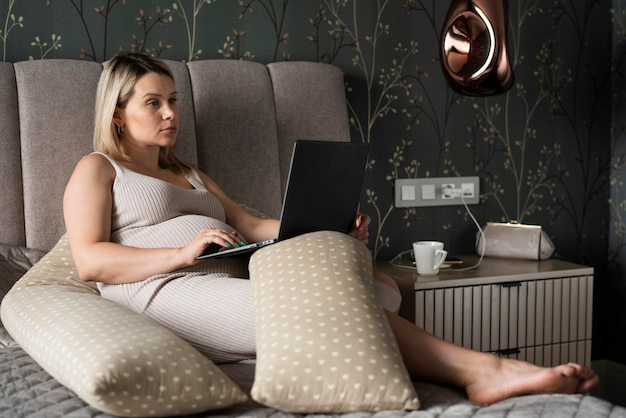 Donna incinta a tutto campo con laptop