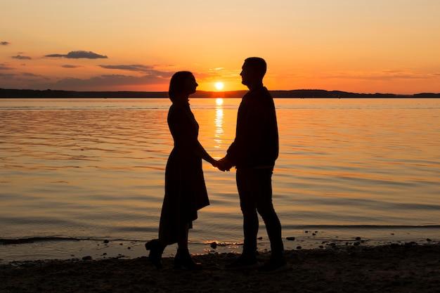 Полная романтическая пара на берегу моря