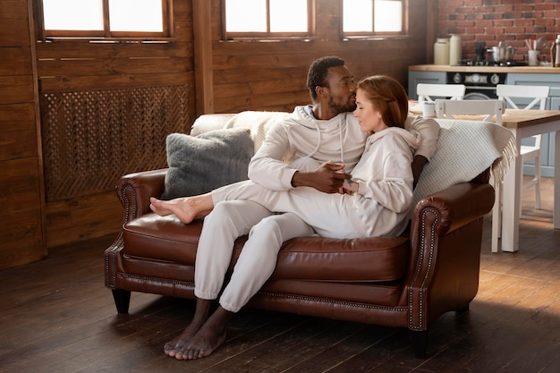ソファの上のフルショットのロマンチックなカップル