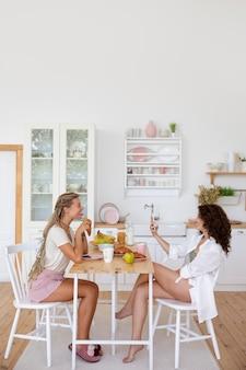 Соседи по комнате, сидящие за столом