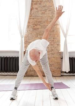 運動するフルショットの年配の男性