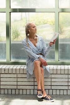 Libro di lettura di una donna anziana a tutto campo