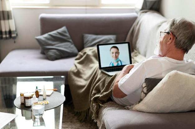 Полный снимок больного человека на диване