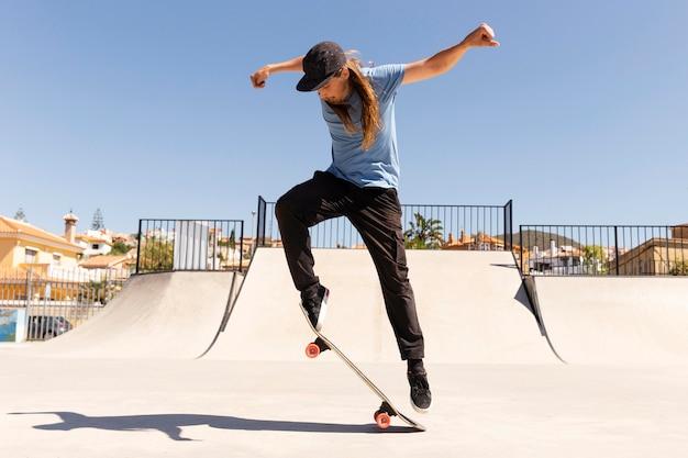Полный скейтбордист на открытом воздухе