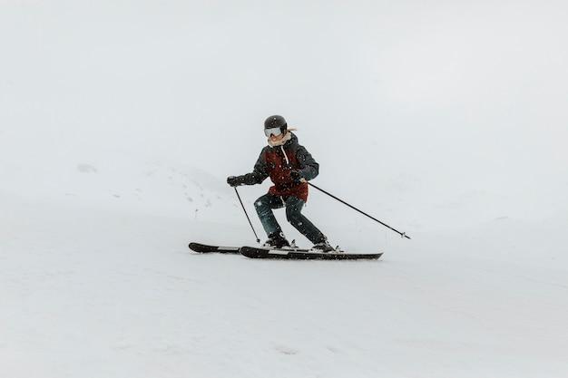 Полный лыжник занимается спортом