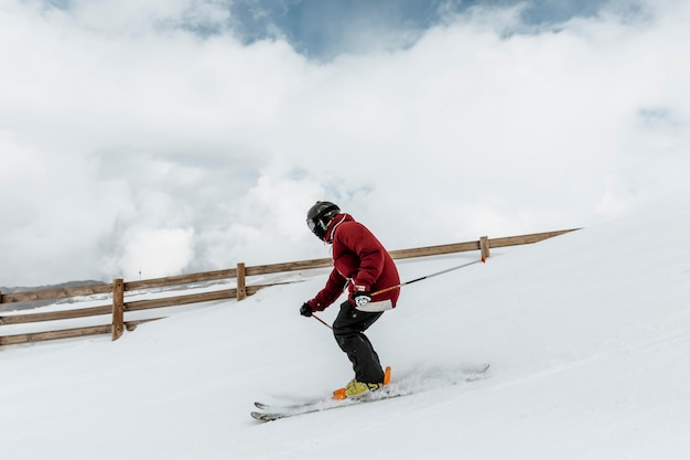 Полный лыжник с оборудованием