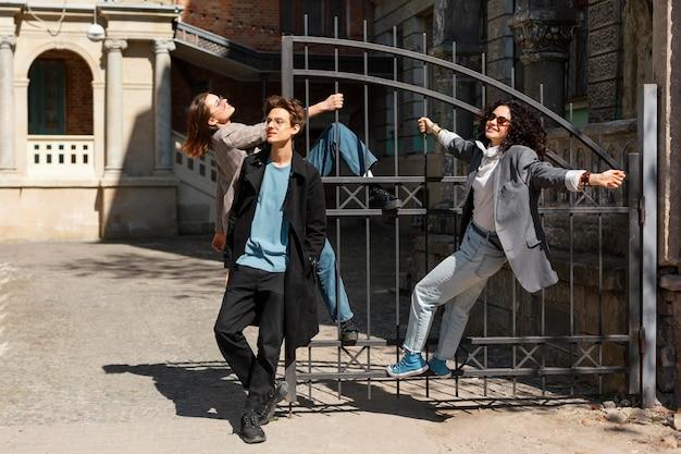 Полный снимок смайликов друзей на открытом воздухе