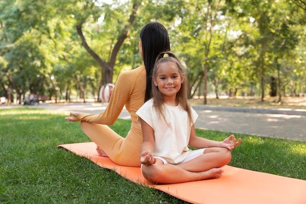 Полный снимок смайлик девушка и женщина медитируют