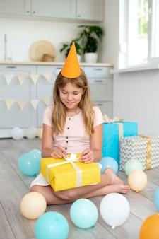 Полный снимок смайлик девушка держит милый подарок