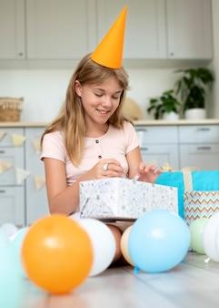 Полный снимок смайлика открывающий подарок девушке