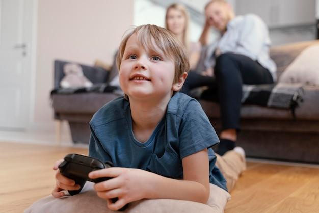 집에서 풀 샷 웃는 부모와 아이