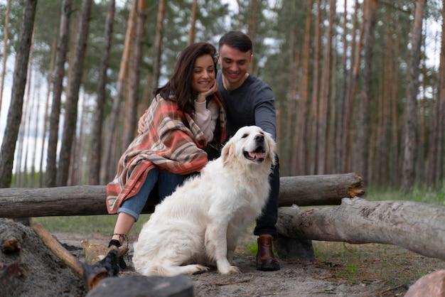 야외에서 강아지와 함께 전체 샷 웃는 사람