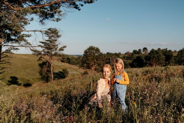 フルショットスマイリー女性と子供
