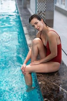 プールでフルショットスマイリー女性