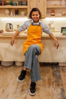Полный снимок смайлик женщина в помещении