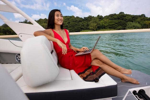 Полный снимок смайлик женщина на лодке